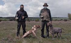 Izquierdo y Aparicio con sus perros y trofeos.