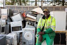 Souleymane Thiandoume es el corazón del punto limpio. /María Ferrer