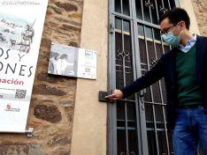 Tomás Cabezón y Elia Jiménez visitan el centro de interpretación de Los Castros, en Castilfrío de la Sierra.