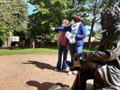 Yolanda Santos y Ana Alegre junto a la escultura de Bécquer.
