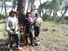 Los tres resineros procedentes de Bolivia en un pinar de la zona.