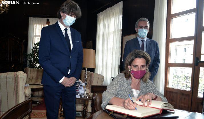 Ribera, durante su rúbrica, en presencia del alcalde (izda.) y el delegado del Gobierno en Castilla y León. /SN