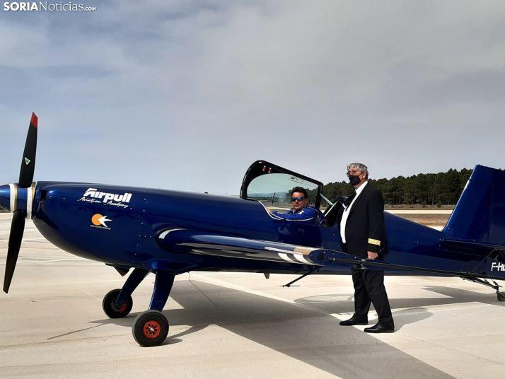 Juan Cabañero, consejero delegado de Airpull, junto a Romain Fhal, campeón del mundo de vuelo acrobático.