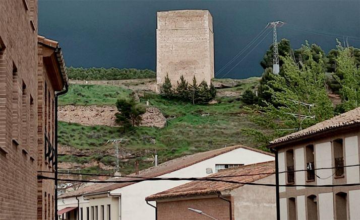Imagen de la localidad, con la torre del castillo al fondo.