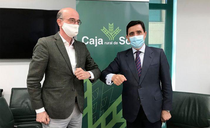 Enrique Martínez Pomar (izda.) y Carlos Martínez Izquierdo tras la rúbrica del acuerdo. /CRS