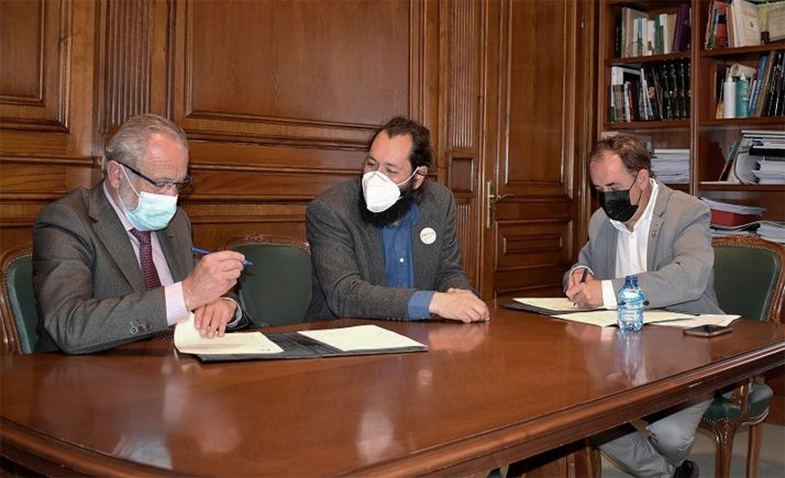 De Miguel (izda.), Sabín y Serrano durante la rúbrica del acuerdo. /Dip.