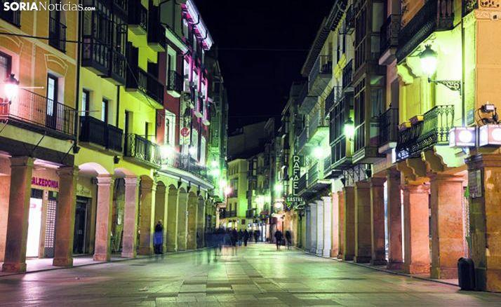 Imagen nocturna de la calle El Collado, en Soria.