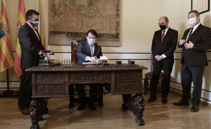 Malueco rubrica el Acuerdo de Albarracín en presencia de los presidentes de Aragón y Castilla-La Mancha (dcha.). /Jta.