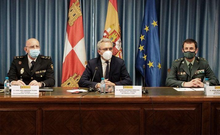 El delegado del Gobierno (ctro.) con responsables del CNP y de la GC. /DdG