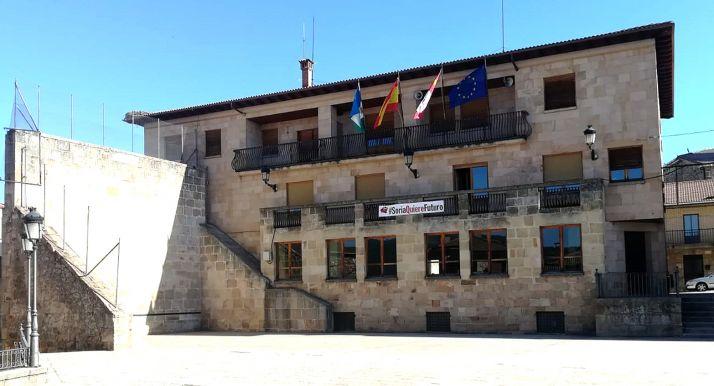 Fachada del Ayuntamiento de Duruelo de la Sierra.