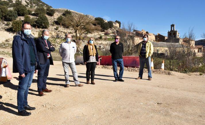 Una imagen de la visita oficial en noviembre pasado a la localidad con motivo de la actuación parcelaria. /Jta.