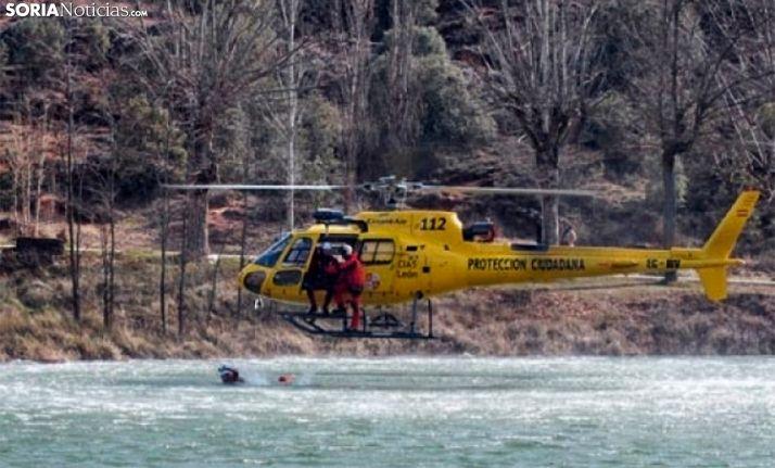 Un helicóptero de salvamento durante unos ejercicios en el Duero, a su paso por la capital soriana. /SN