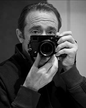 El autor con una de sus cámaras fotográficas.