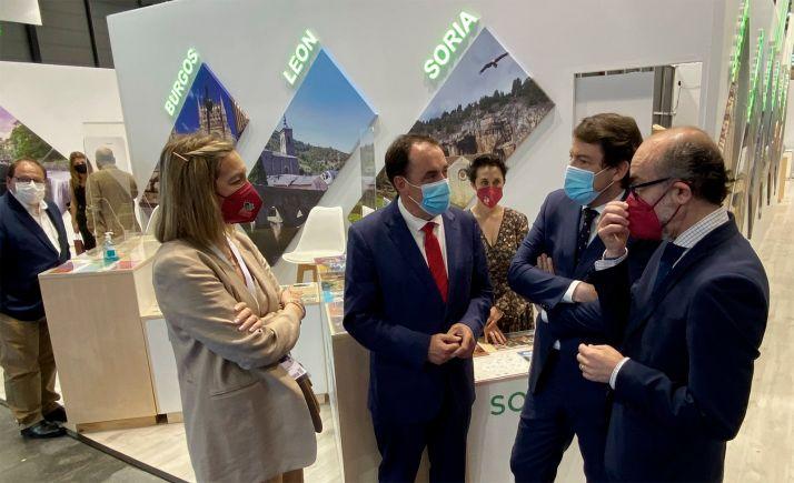 Mañueco, (2º dcha.) con el presidente de la Diputación en FITUR. /Dip.