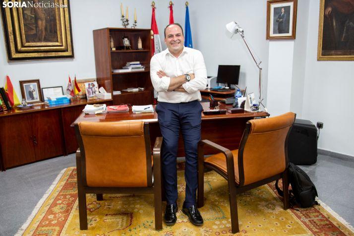 Miguel Cobo en su despacho del ayuntamiento de El Burgo. /María Ferrer