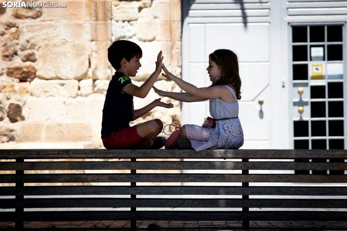 Dos niños sorianos juegan en una imágen de archivo del pasado verano. María Ferer