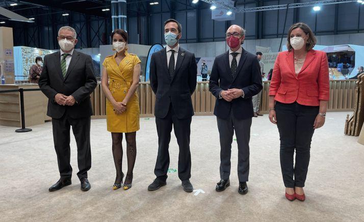 Representantes de las cinco CC AA durante la presentación de la ruta en Fitur. / Jta.