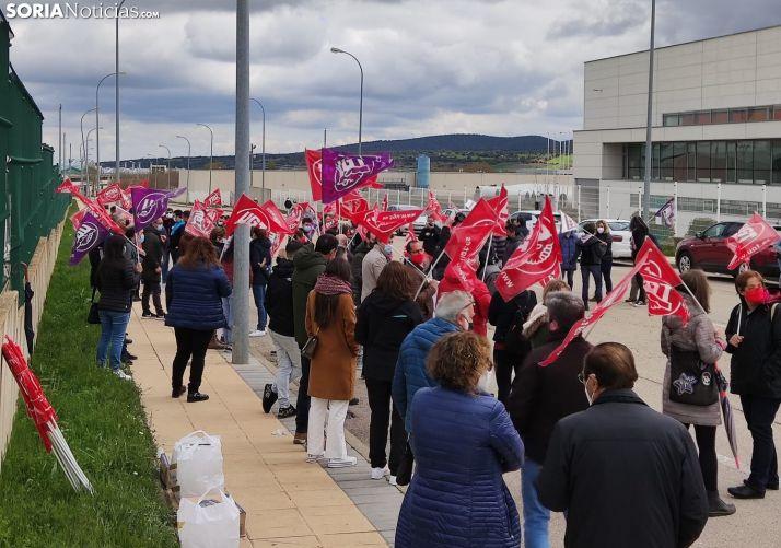 Concentración de UGT frente a las instalaciones de la compañía el pasado 1 de mayo. /SN