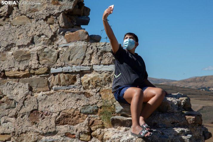 Un joven turista busca internet en la zona de San Pedro Manrique. /María Ferrer