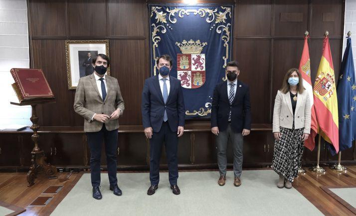 El consejero, con el presidente y representantes de Vitartis. /Jta.
