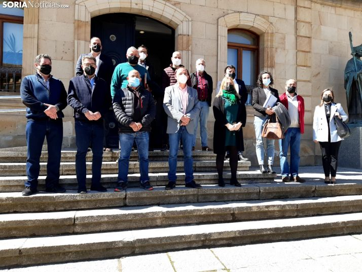 Benito Serrano junto a los alcaldes que han suscrito ambos convenios.