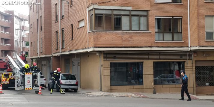 Intervención de los bomberos en la calle Ávila.