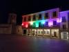 La fachada del Ayuntamiento de Almazán, iluminada con motivo del Orguyo.