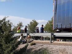 Foto 3 - Atendido un ciclista tras golpearse con un camión estacionado frente a Camaretas