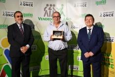 Julio Silverio Ojuel recibe el galardón de la ONCE.
