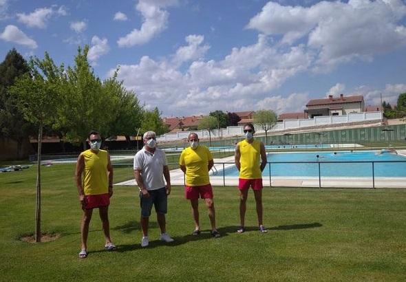 Luis Cuesta junto al equipo de trabajo de las piscinas municipales de El Burgo.
