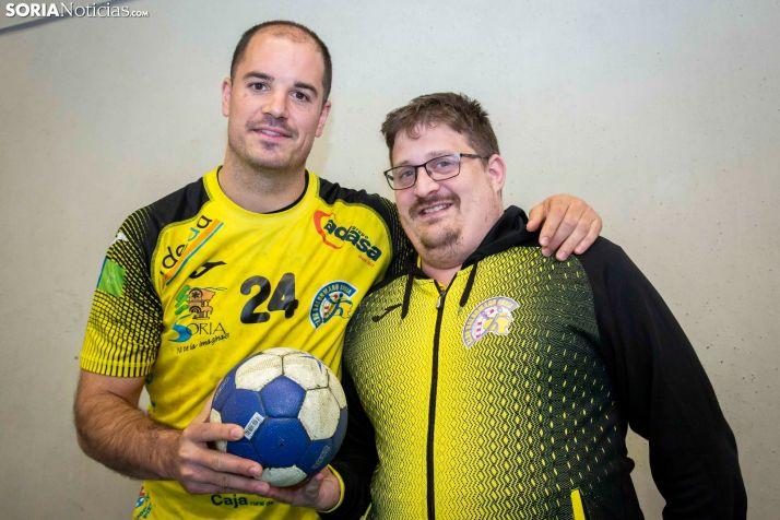 Imagen del capitán, Javi Castillo, y del entrenador, Jordi Lluelles.