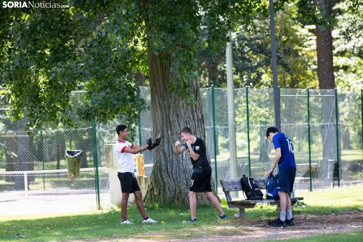 Unos jóvenes practican deporte en Almazán, donde hoy se esperan lluvias importantes por la tarde.