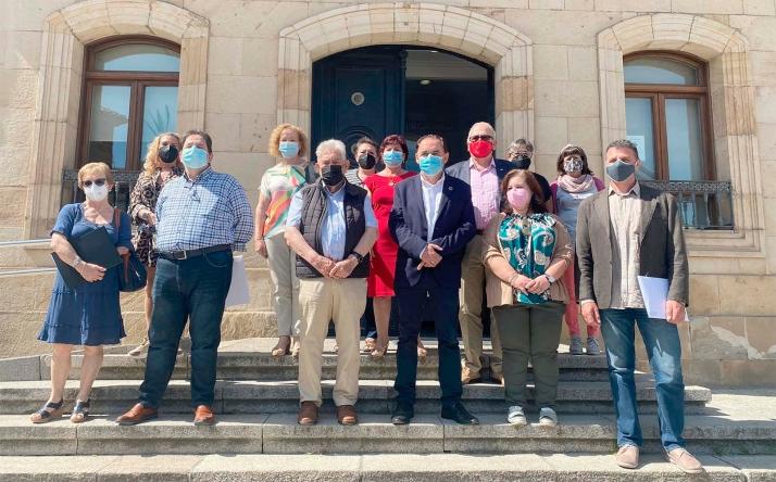 Foto de familia de los firmantes de los distintos convenios. /Dip.