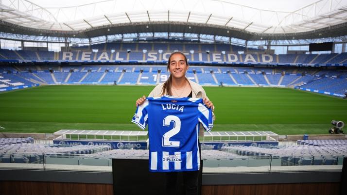 Lucía Rodríguez con la camiseta de la Real./ Foto: Real Sociedad.