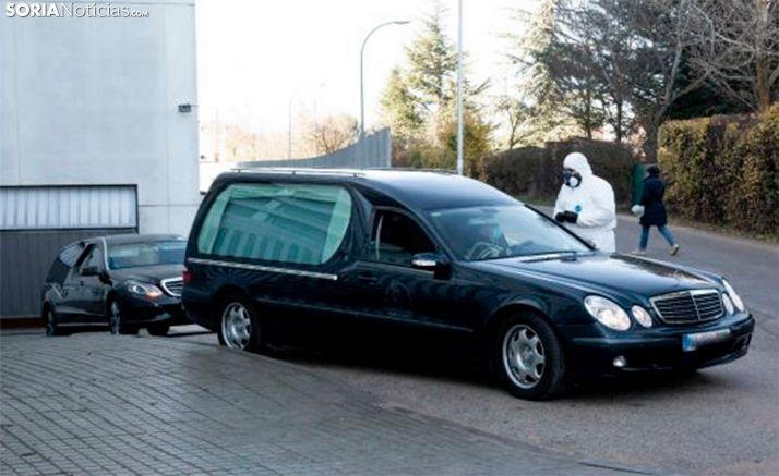 Dos vehículos funerarios saliendo del Santa Bárbara durante el confinamiento. /María Ferrer