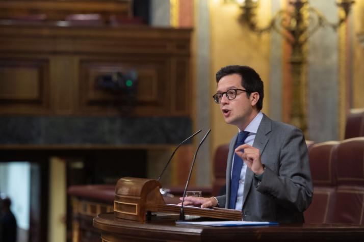 Tomás Cabezón en la tribuna del Congreso de los Diputados
