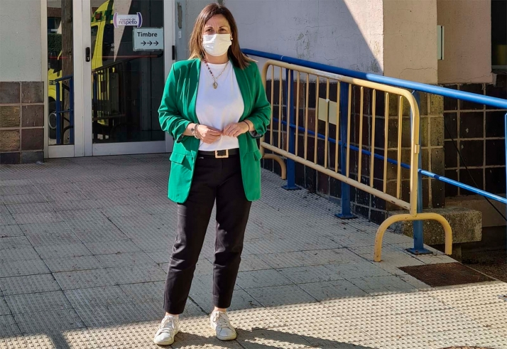 Mónica Machín, junto a las dependencias sanitarias adnamantinas.