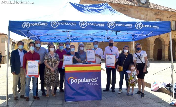 Representantes del PP soriano este domingo en la plaza Mayor de Soria. /SN