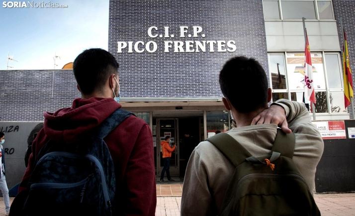 Estudiantes a las puertas del CIFP Pico Frentes. /María Ferrer