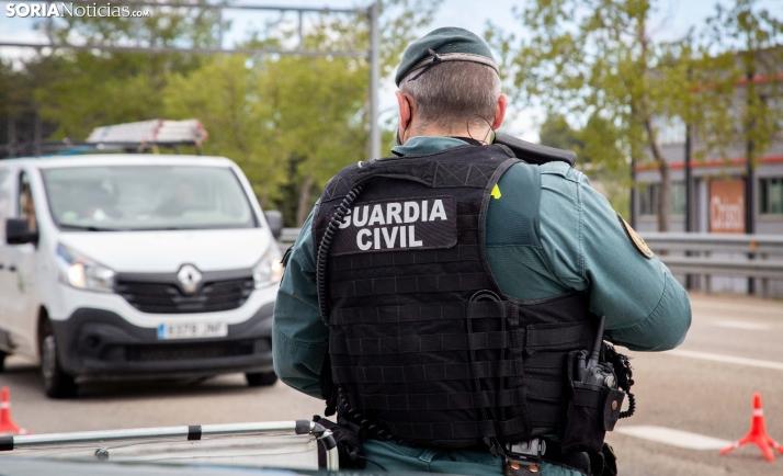 Un agente de la Guardia Civil durante un control de seguridad ciudadana. /María Ferrer