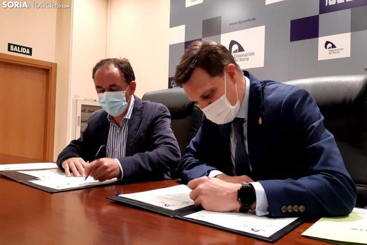 Benito Serrano y Javier Alonso suscriben el convenio en la Diputación Provincial.