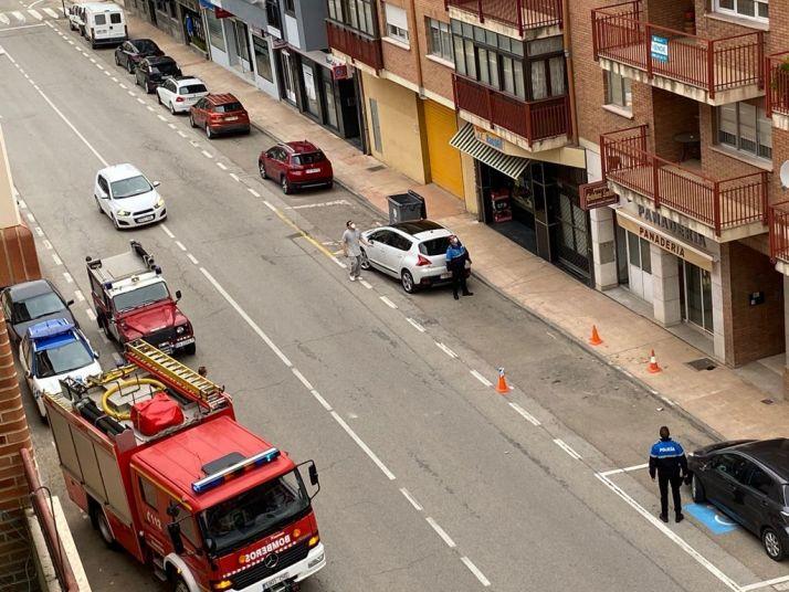 Foto 2 - Los bomberos intervienen en una fachada en Almazán