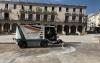 Una máquina hidrolimpiadora en labores en la plaza Mayor. /Ayto.