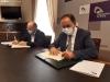 Pedro Antonio Marín y Benito Serrano suscriben el convenio de colaboración.