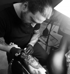 José Moreno y varios de los tatuajes que ha realizado.