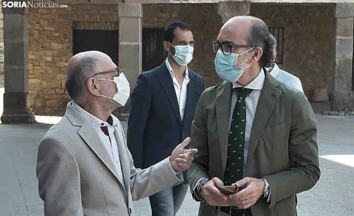 El consejero de Cultura se interesa en Medinaceli por la Fundación DEARTE