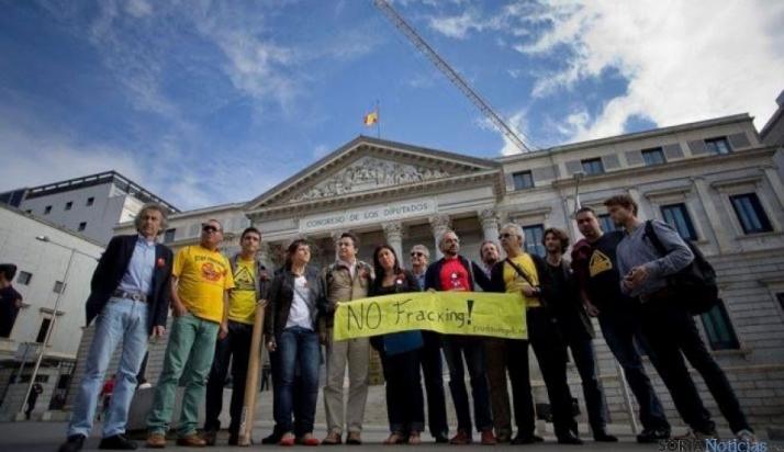 Algunos sorianos llevaron la protesta contra el fracking al Congreso.