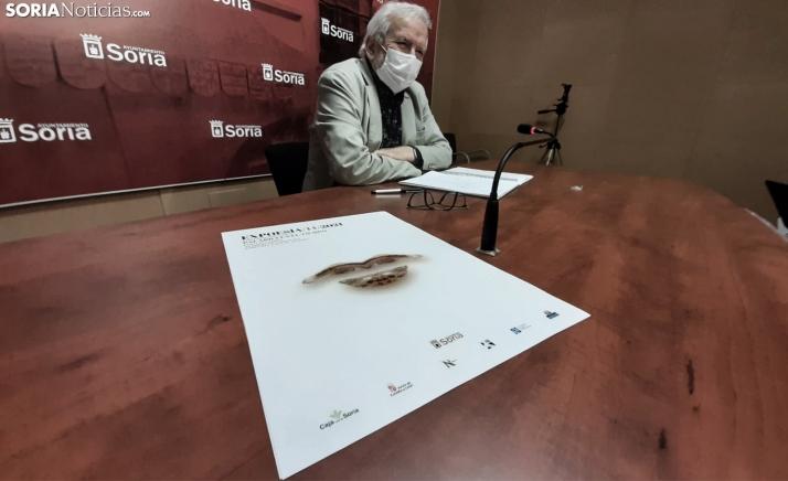 Bárez, junto al cartel de esta edición, diseñado por Lola Gómez Redondo. /SN