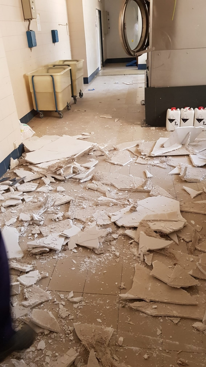 Foto 2 - Desplome del falso techo en la lavandería de El Mirón