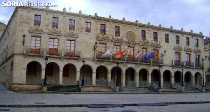 Foto 1 - El Ayuntamiento de Soria adquiere un camión basculante con pluma grúa para el almacén municipal
